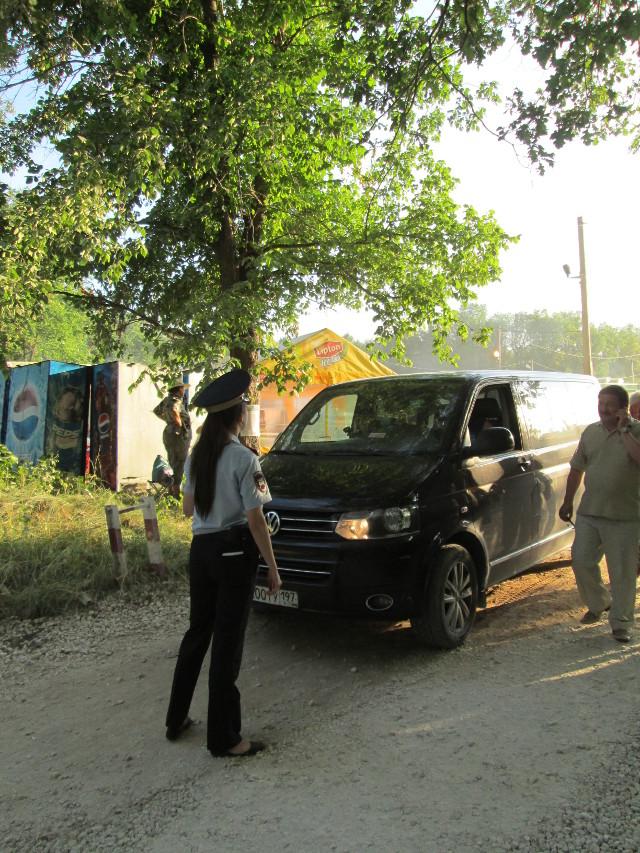 Девушка-полицейский отказывается пускать машину на территорию фестиваля