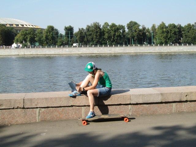 Девушка отдыхает на набережной