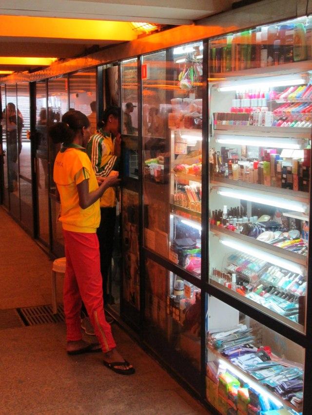 Эфиопки покупают леггинсы в метро