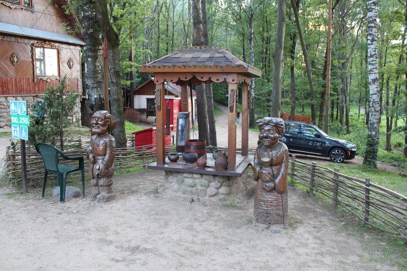 В оформлении использовано много вырезанных из дерева фигур