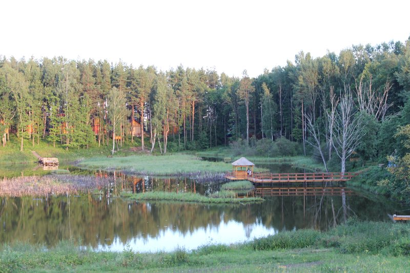 В середине острова есть небольшое внутреннее озеро