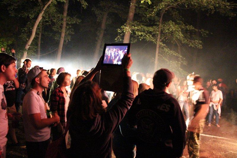 Девушка снимает концерт на айпад