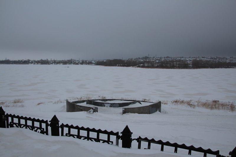 На реке Сызранке в центре города построили очень цивильные обзорные площадки. Но река обмелела