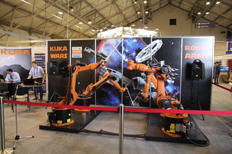 И просто промышленные роботы, дерущиеся на световых мечах