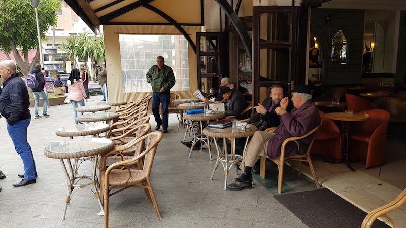 Местные пожилые люди любят сидеть в уличных кафе, пить кофе и читать газеты