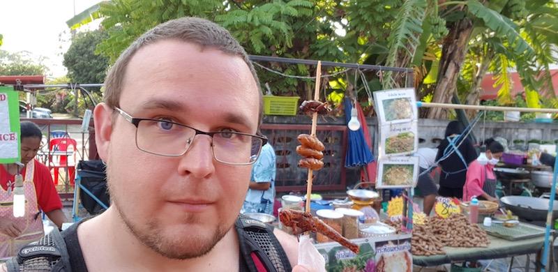 Прогулялись по рынку и попробовали на вкус насекомых