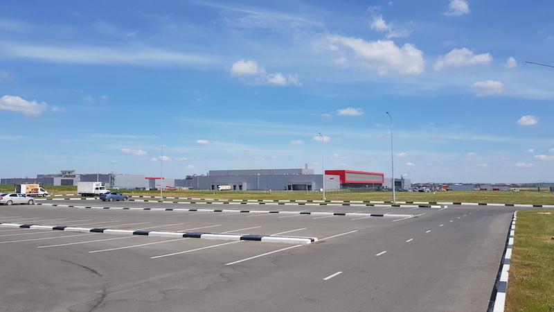 Вдалеке - производственный комплекс