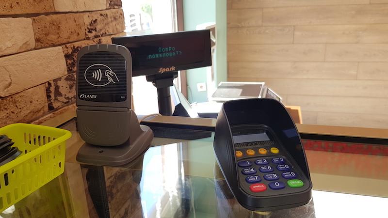 Есть отдельные штучки для прислонения карт с PayPass и NFC-телефонов