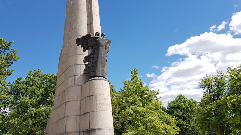 Памятник летчикам, пытавшимся установить рекорд дальности полета в 1933 году, пересекшим Атлантический океан и не сумевшим долететь до Каунаса