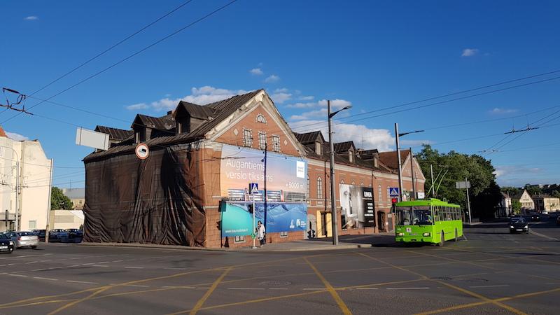 Не только у нас закрывают разваливающиеся дома цветными баннерами