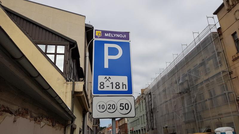 Парковки везде платные, стоят 90 евроцентов в час