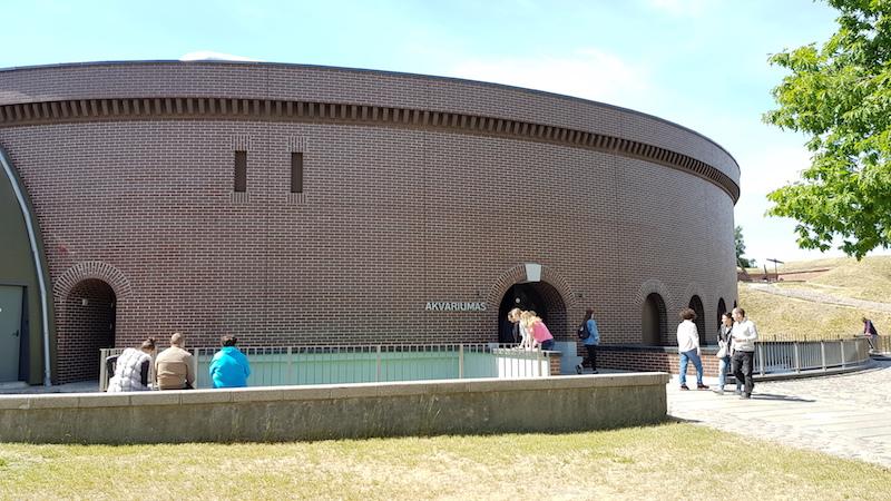 В центре форта - здание аквариума