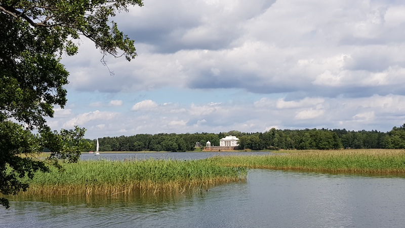 Классное белое здание на другой стороне озера. Интересно, что это?