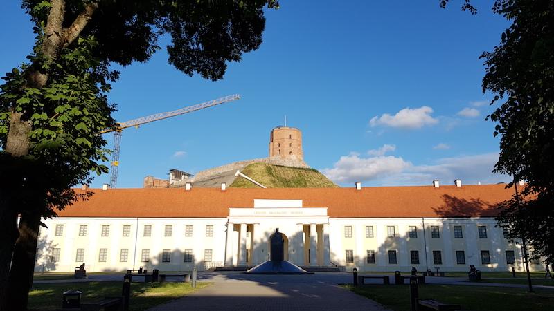 Литовский национальный музей и на заднем плане - одна из главных достопримечательностей, башня Гедимина