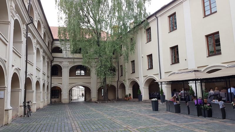 Приятные старинные дворики
