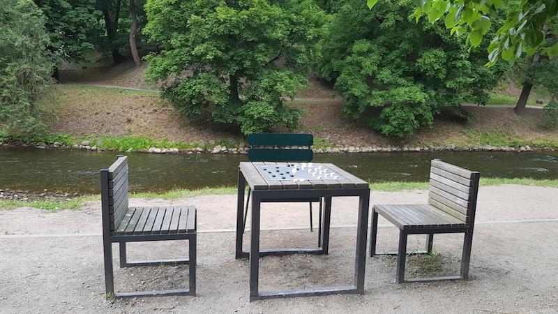 Уютный столик в парке