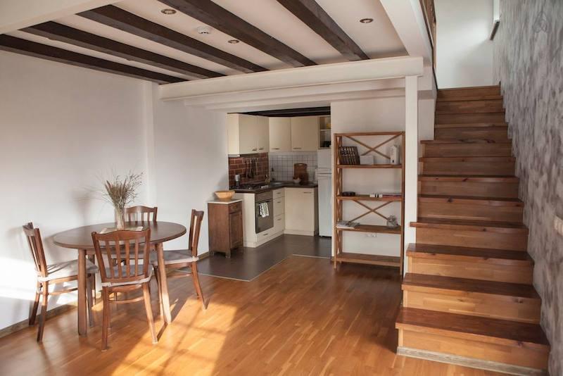 Поднимаешься по лесенке сбоку и попадаешь в очень уютную кухню-гостиную (фото с АирБНБ, справа за кадром - большой раскладывающийся диван)